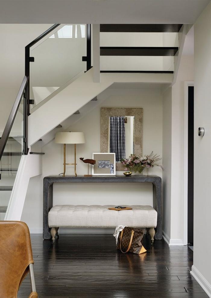meuble sous escalier décoration banquette velours ivoire miroir rectangulaire lampe blanc et or
