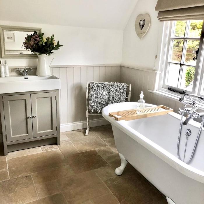 meuble sous lavabo couleur gris revêtement mural peinture et bois deco campagne chic baignoire