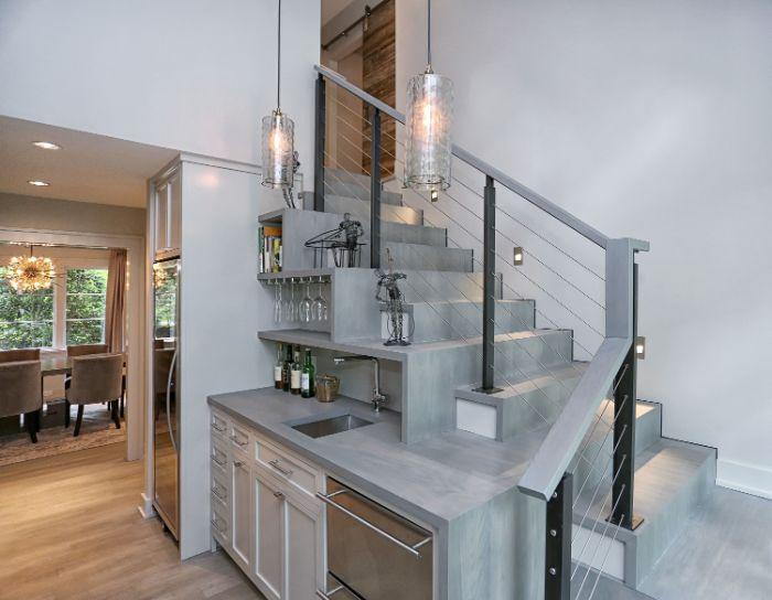 meuble sous pente blanc escalier gris suspension verre étagères ouvertes kitchenette ouverte chic