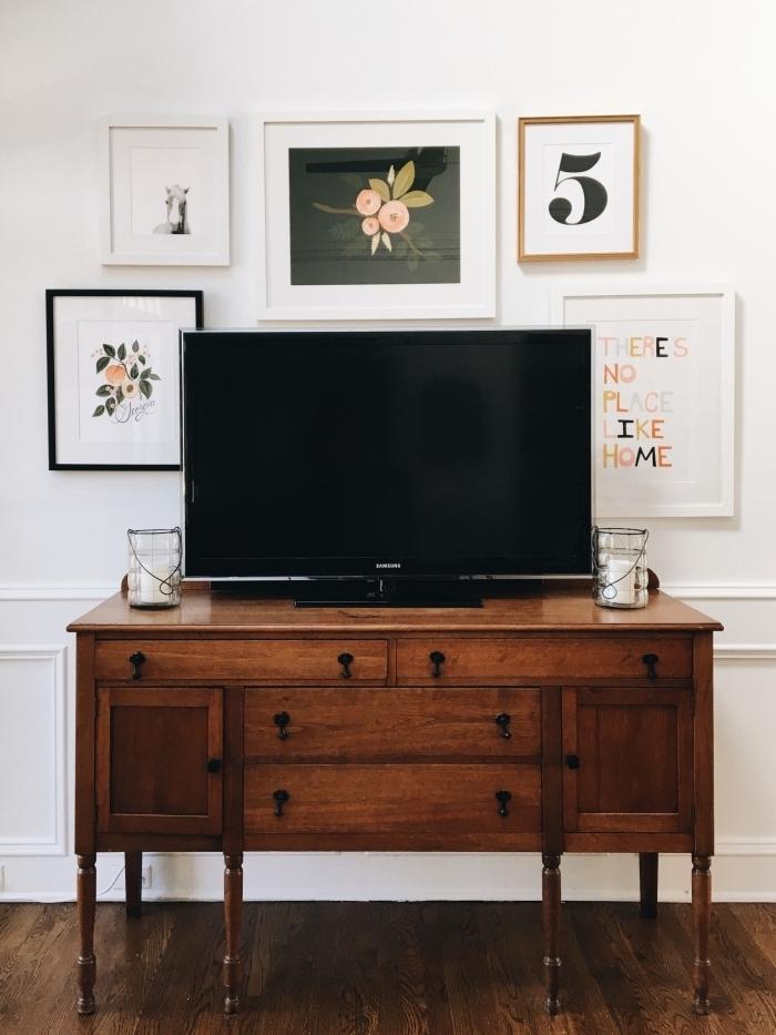 meuble tv commode bois foncé design deco mur derriere tv mur de cadres poster art abstrait