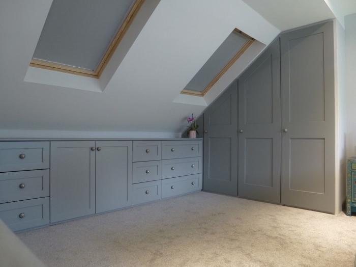 meubles sur mesure dressing sous pente mobilier combles fenetres de toit portes garde robe grises
