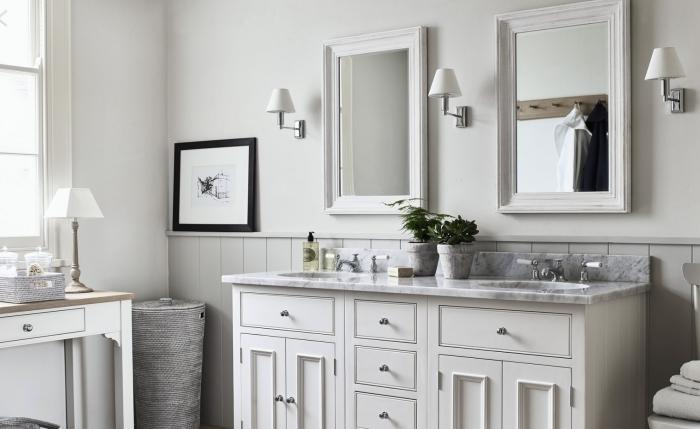 miroir rectangulaire blanc salle de bain chaleureuse panier tressé lampe blanche plan travail marbre
