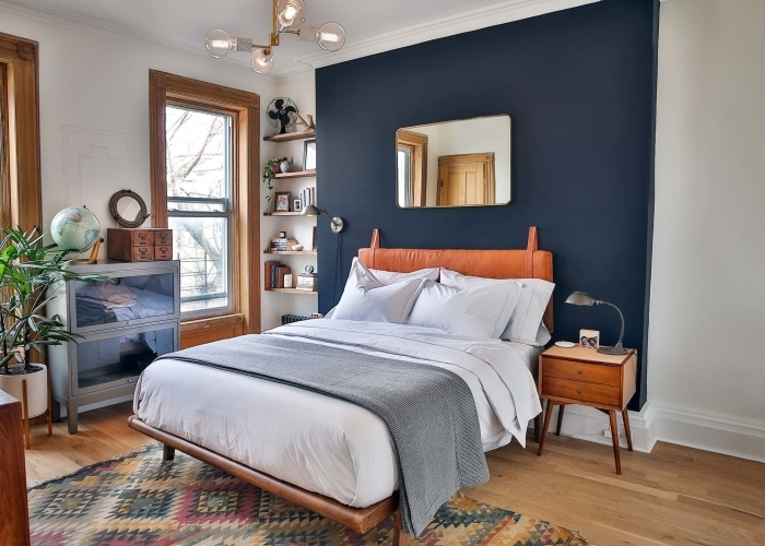 miroir rectangulaire peinture chambre à coucher mur bleu nuit tapis motifs géométriques sol stratifié