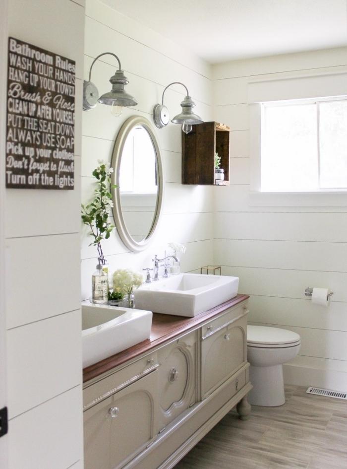 miroir vintage maison de campagne deco salle de bain meuble vintage beige étagère bois foncé