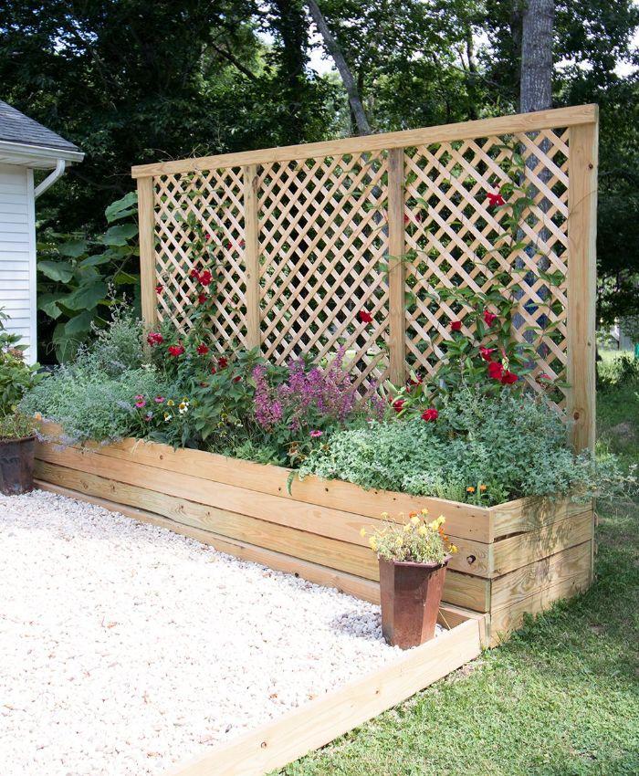 modèle jardinière brise vue naturelle de bois avec des plantes vertes et fleurs variées galets décoratifs