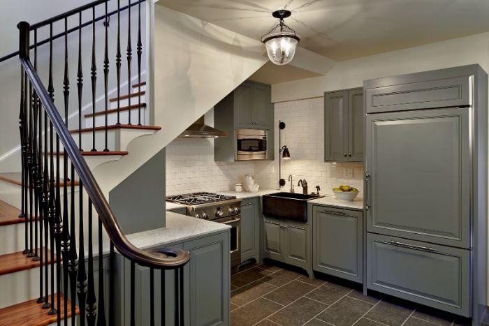 modele de cuisine grise sous escalier avec credence mur carrelage blanc évier noir plan de travail blanc escalier quart tournant