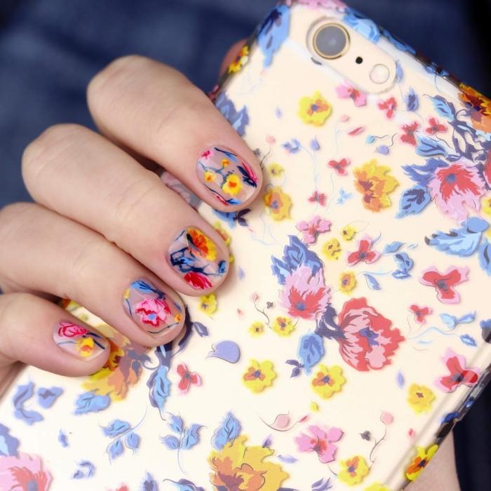 modele ongle courts dessins printemps manucure a motifs floraux multicolore vernis de base transparent