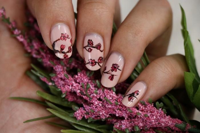 modele ongle facile dessin nail art fleurs rouge vernis de base rose pastel idée manucure printemps
