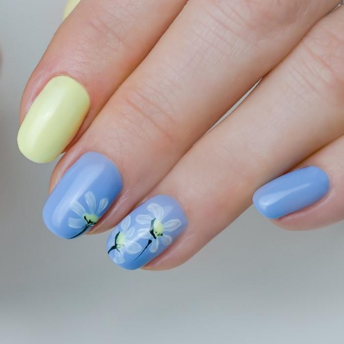 motif ongle couleurs printemps vernis pastel bleu manucure en blanc et bleu dessin fleur