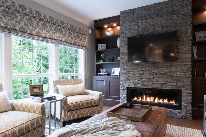 mur en pierre salon tv décoration stores fauteuil table basse cheminée rangement étagère bois foncé