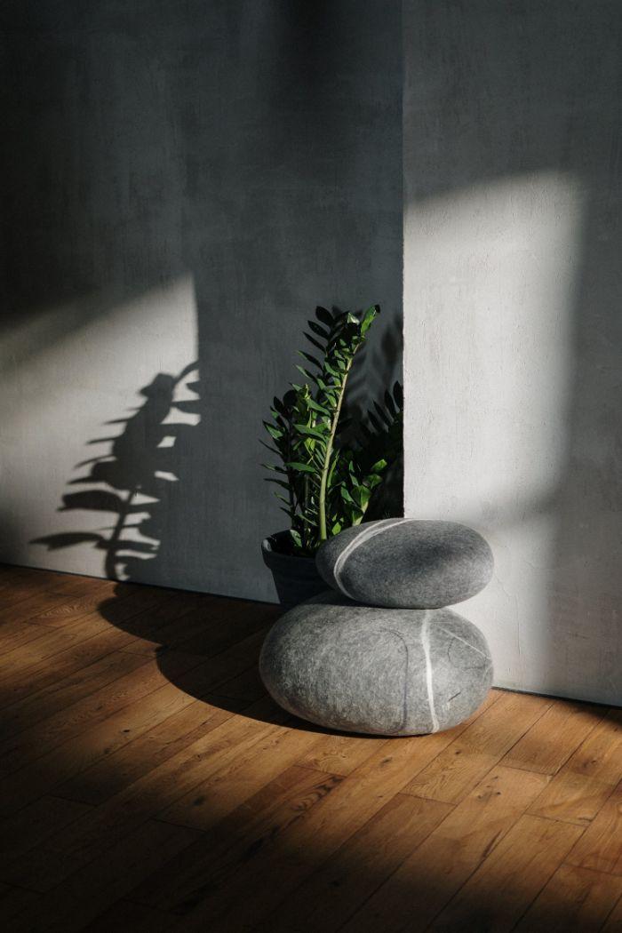 murs gris dans salon avec sol parquet bois pierres superposées plantes vertes microciment deco