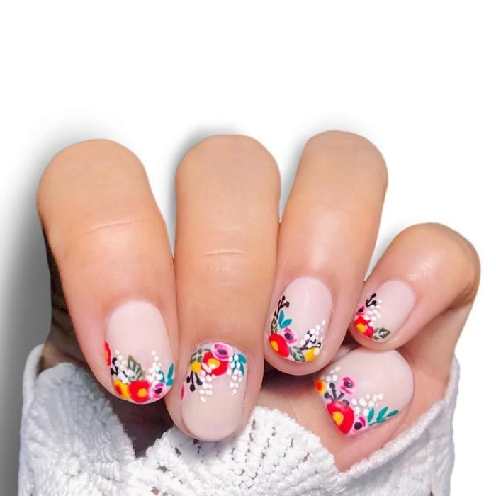 nail art dessin minimaliste ongles courts base nude finition mate dessin fleurs colorées simple