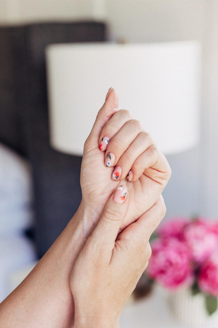 nail art dessin minimaliste ongles courts base vernis transparent dessins fleurs faciles a faire