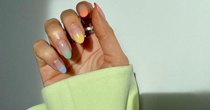 ongle couleur pastel avec un effet ombré un main avec une manche verte