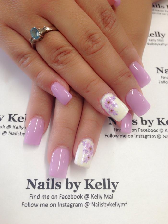 ongle fleur manucure printemps vernis gel base rose violet dessin sur un seul ongle blanc fleurs