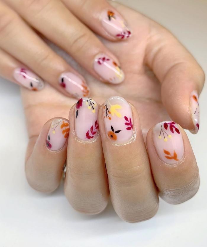 ongle gel nude manucure minimaliste vernis de base rose pale dessins floraux ongles forme