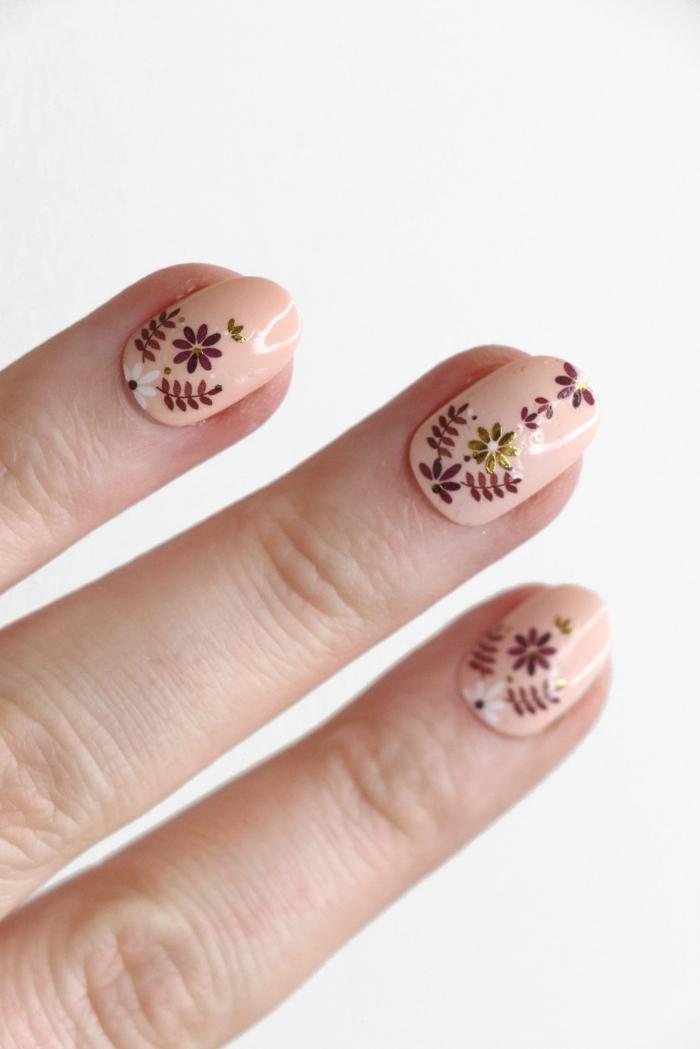 ongle gel nude vernis de base dessin sur ongles facile petite fleur blanche feuilles marron pétal vernis