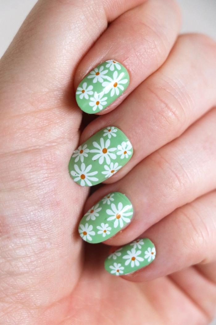 ongle pastel couleur de base vert pastel vernis dessin marguerite facile fleur blanche vernis maison
