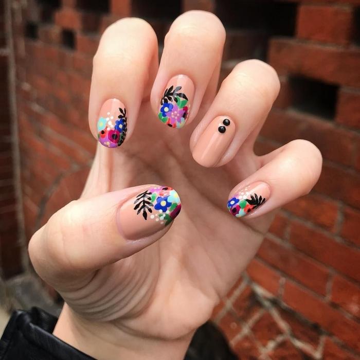ongles de base nude avec décoration dessins floraux multicolore idée manucure simple a faire