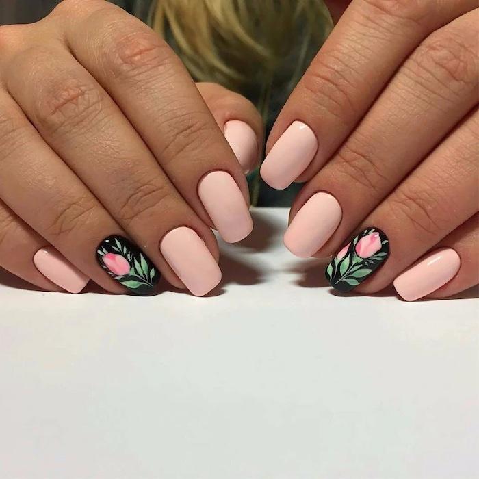 ongles en couleur pastel banane avec des dessin de roses copy 2