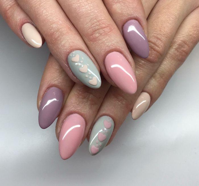 ongles en forme aigue ave un motif coeur idée deco ongle en pastel