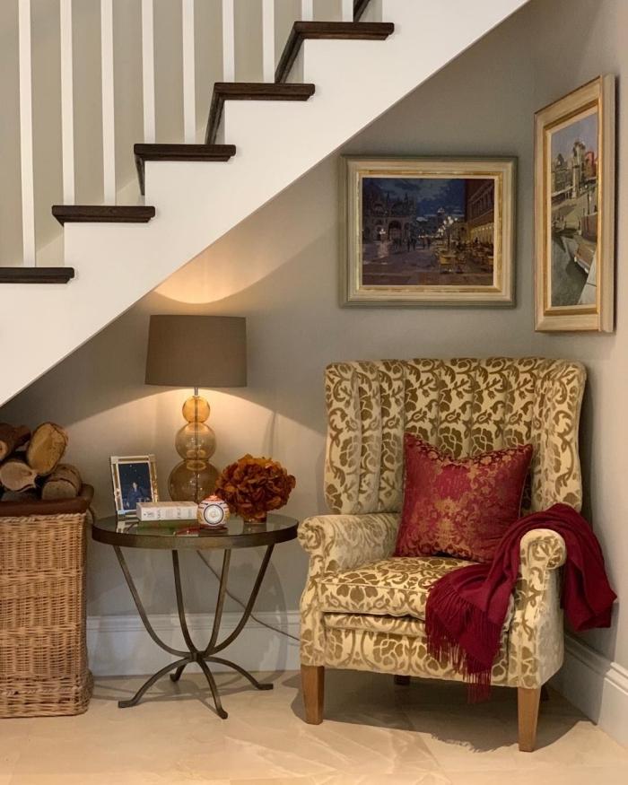 panier tressé rangement table café métal meuble sous escalier lampe beige art murale peintures cadres