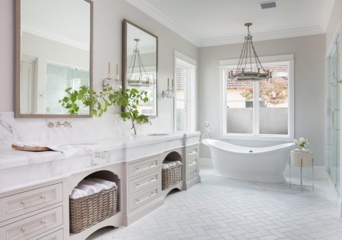 panier tressé serviettes de bain plan de travail marbre deco salle de bain bois baignoire bouquet roses