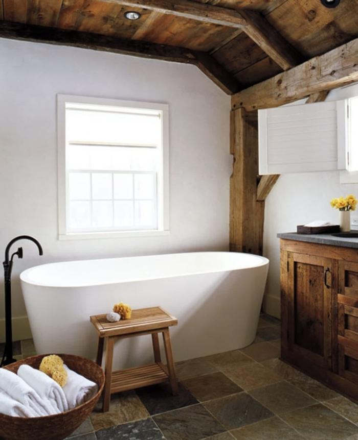 panier tressé serviettes de bain salle de bain rustique revetement plafond bois foncé éclairage spots led