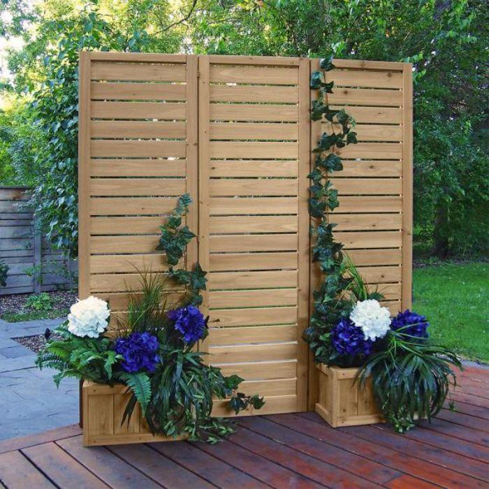 panneaux de bois avec des pots de fleurs boisés et fleuries rt des lierres rampantes vers le haut