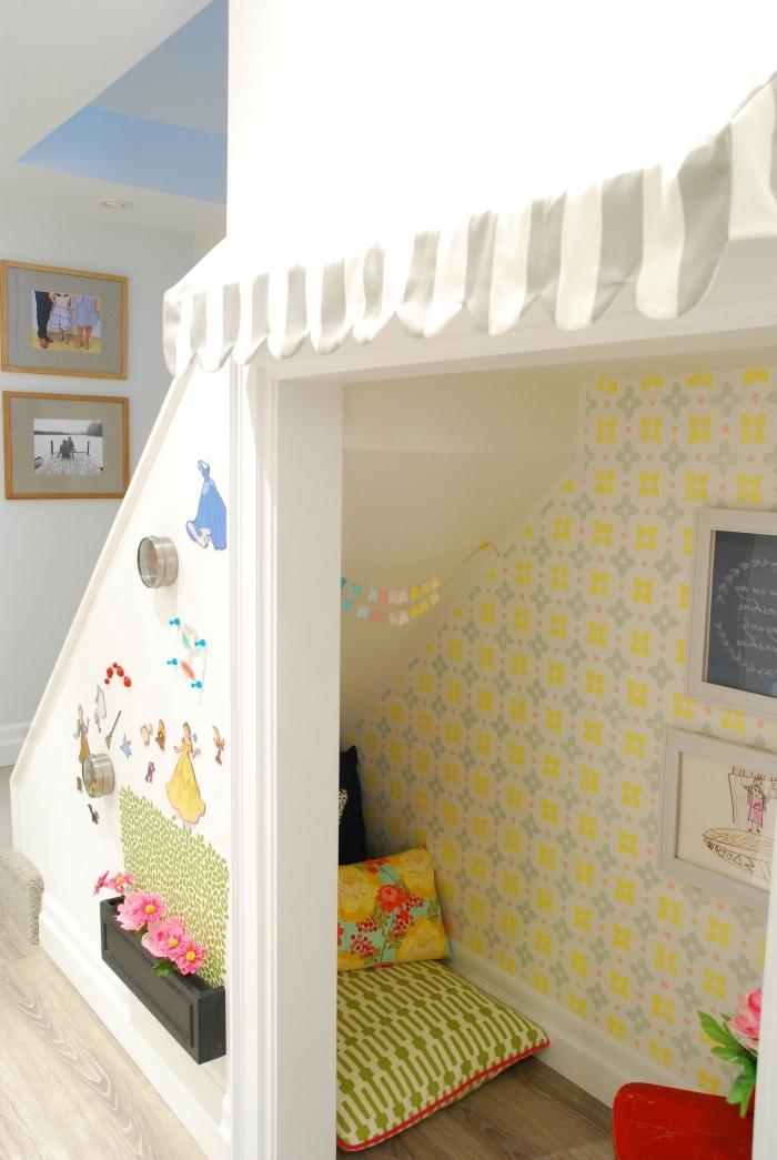 papier peint coloré jaune décoration salle de jeux aménagement sous escalier coussins décoratifs