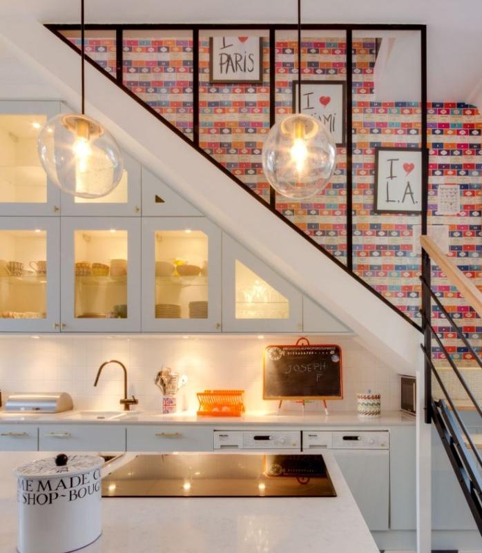 papier peint pour décorer une cage d escalier aménager dessous d escalier avec cuisine blanche élégante