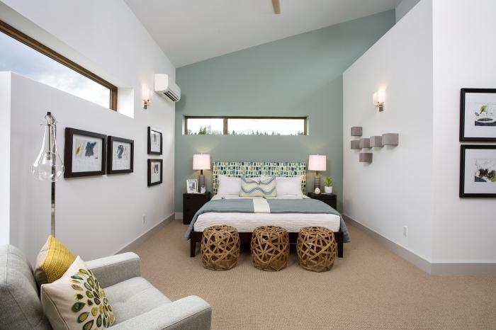 peindre 2 murs sur 4 idée couleur chambre a coucher mur de cadres noirs fauteil gris clair