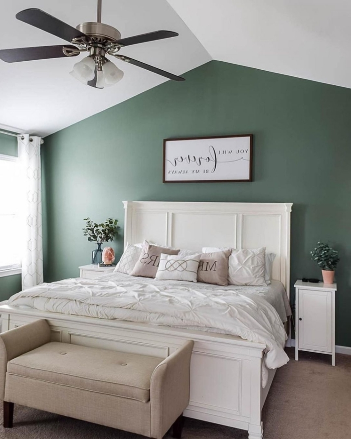 peindre 2 murs sur 4 ventilateur de plafond peinture verte derrière lit tête de lit bois blanc