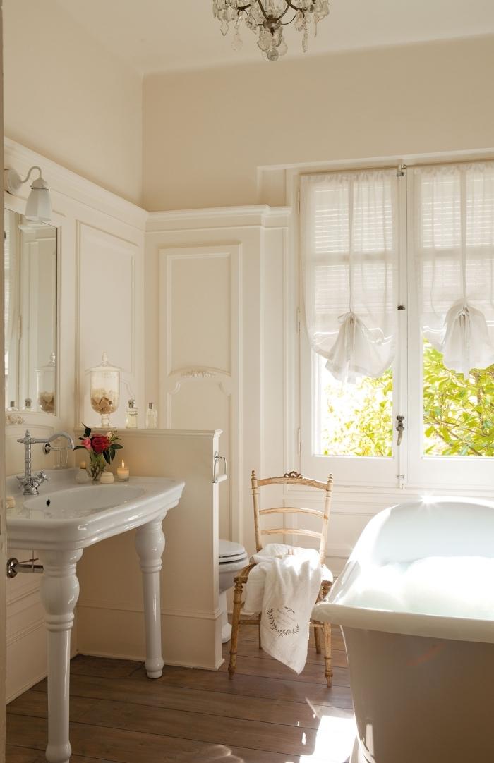 peinture beige baignoire autoportante chaise bois vintage salle de bain chaleureuse stores fenêtres