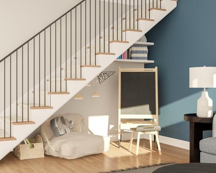 peinture bleue aménagement sous escalier ouvert tapis frange gris escalier bois et fer lampe blanche