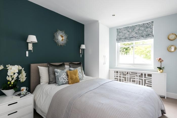 peinture chambre a coucher adultes mur vert foncé miroir soleil meuble chevet blanc coussins