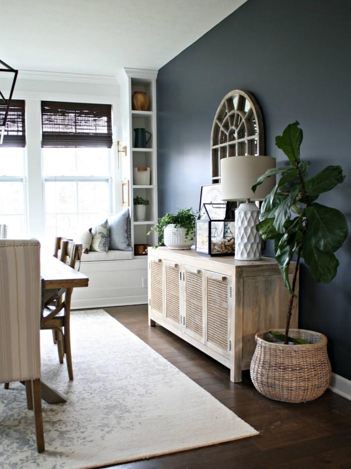 peinture couleur mur salon gris anthracite meuble rotin cache pot tressé plantes vertes stores fenetre