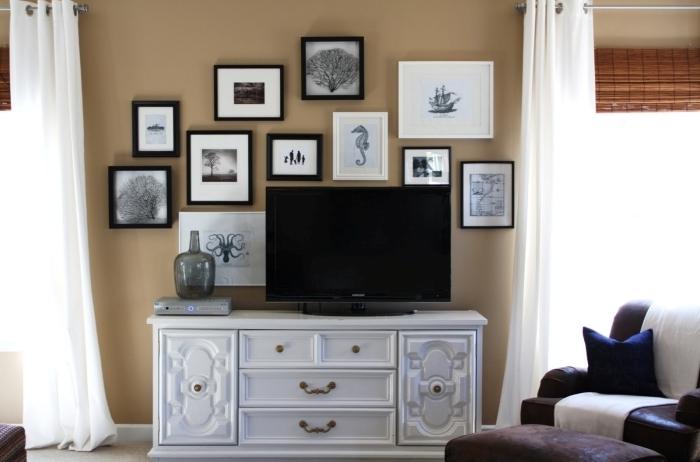 peinture murale couleur beige amenagement salon tv mur de cadres photos blanc et noir rideaux blancs