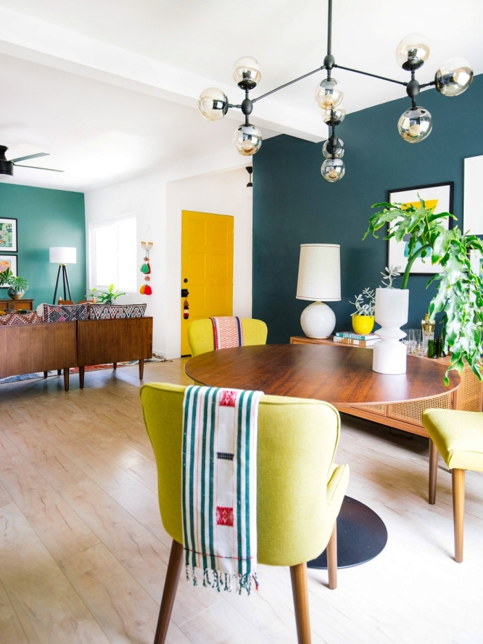 peinture murale vert foncé comment agrandir une piece mur de cadres peinture porte entrée jaune