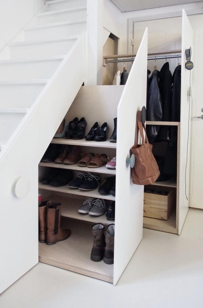 penderie sous escalier optimisation espace rangement meuble sous pente coullisant penderie vêtements