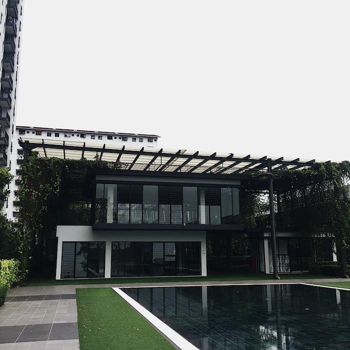 pergola bioclimatique au dessus d une maison moderne avec piscine