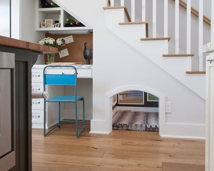 petit coin bureau sous escalier aménagement meuble blanc tiroirs chaise bleue niche escalier