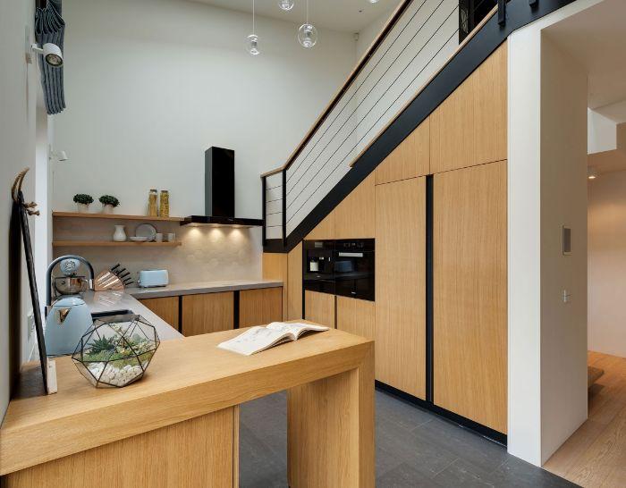 placards electromenager sous escalier deco cuisine bois et revetement sol gris plan de travail blanc étagères ouvertes