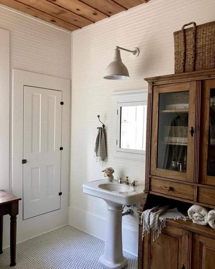 plafond planches bois revetement mural deco maison campagne lavabo sur pied lampe gris clair