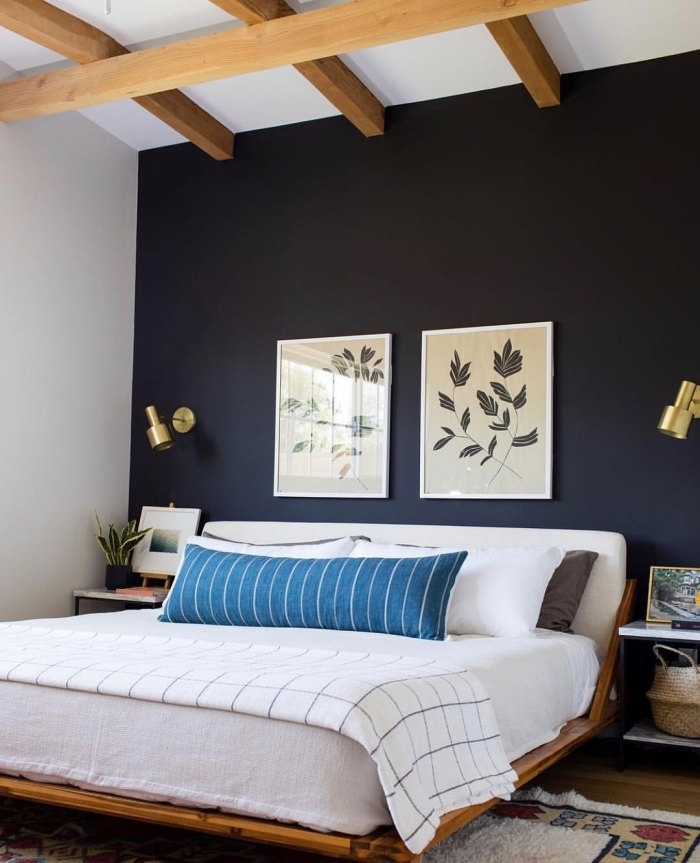 plafond poutres bois apparentes quel mur peindre en foncé pour agrandir une pièce déco chambre adulte