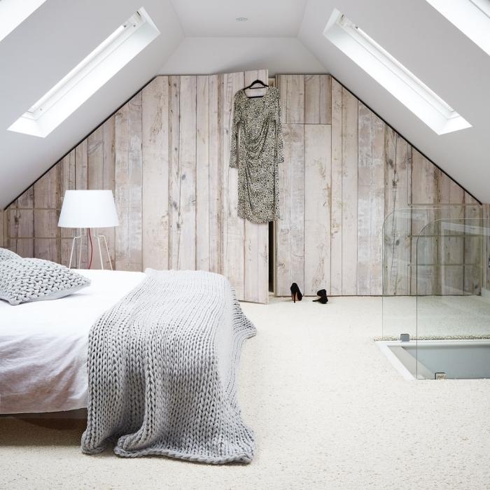 plaid grosse mail coussins lampe sur pied chambre grenier garde robe cachée mur bois