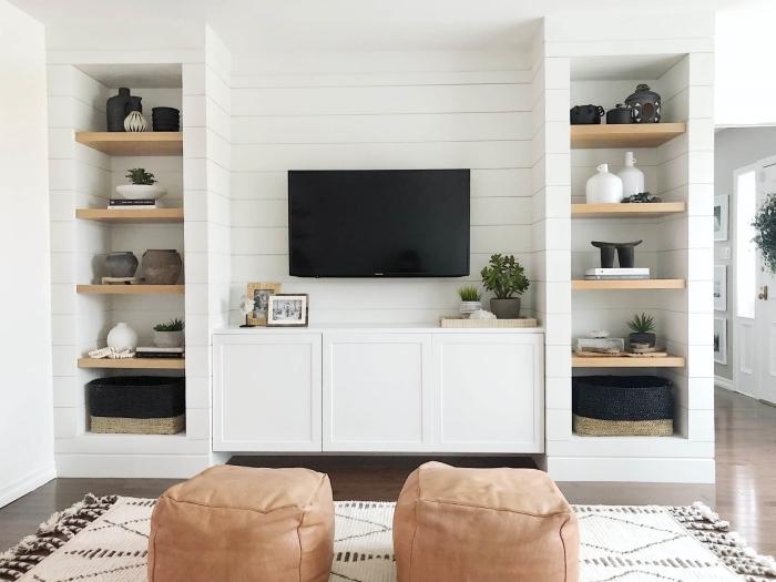 pouf cuir marron tapis barbère franges rangement vertical étagère bois panneau mural derriere tv