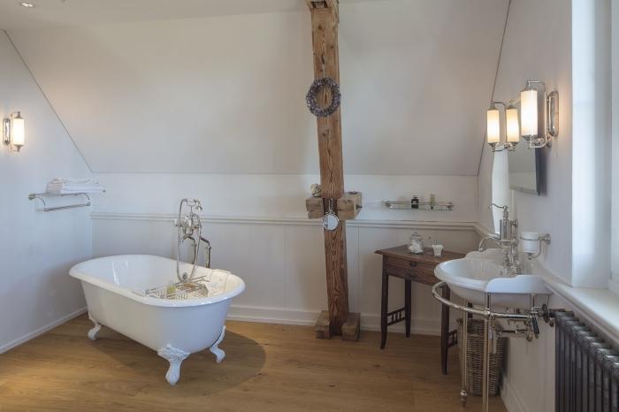 poutre apparente bois applique murale salle de bain bois et blanc baignoire sur pieds blanche