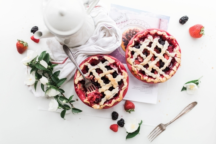 préparation dessert facile maison tarte aux fraises pate feuilletée confiture de fruits rouges maison