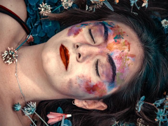printemps couleurs poudre colorée fille visage rouge a levre bijoux cheveux maquillage fête
